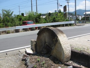 道標と石の輪?(国道42号線 溝口北交差点付近)