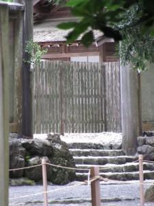 忌火屋殿の前庭の先に見える御正宮の板垣北御門(外宮)