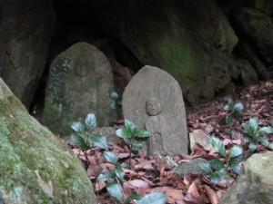 十九町角柱町石(A43)手前石仏、右(A39)、左(A40) - 朝熊岳道