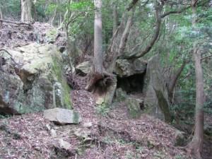 十九町角柱町石(A43)付近の石の祠 - 朝熊岳道