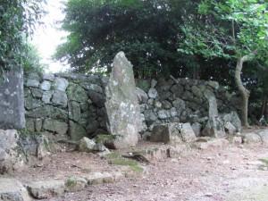 「左 さんけい道」道標(D64)近くの石碑
