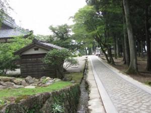 開山堂の前を通り総門へ(金剛證寺)
