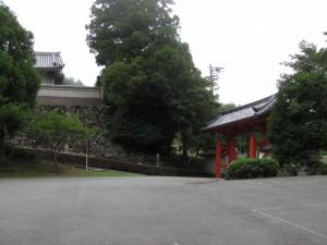 駐車場と総門(金剛證寺)