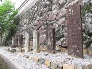 総門付近に寄せられた石造遺物