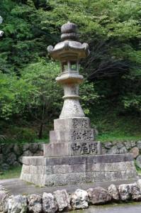 石灯籠(青峰山正福寺大門前)