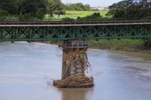 宮川橋から望むJRの橋脚