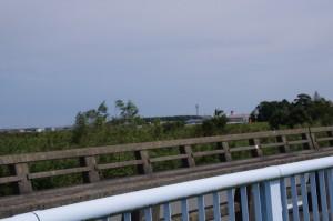 魚見橋から神服織機殿神社を望む