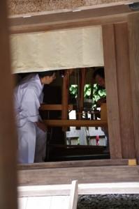 神御衣奉織作業-八尋殿(神麻続機殿神社)