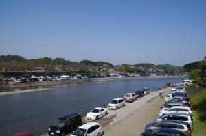 浦田橋から望む五十鈴川、河川敷