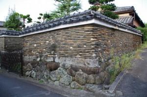 民家の土塀(古市街道の路地の先)