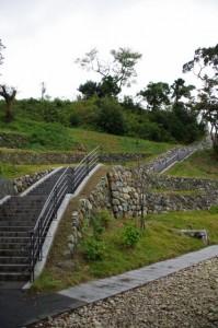 鳥羽城三ノ丸広場からの階段(上り)
