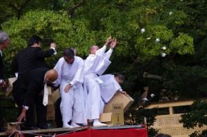 上棟祭後の餅まき(御薗神社)