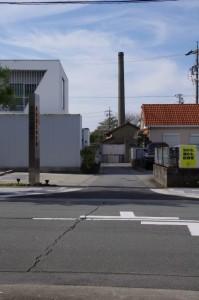 右手に望む大豊和紙工業の煙突(下之久保への途中)