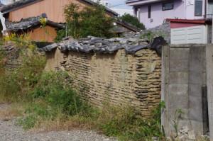 壊れそうな土塀(ボンヴィヴァン付近)