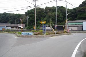 和具定期船待合所近くの三叉路(中央に分離帯あり)