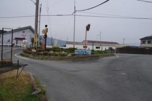 和具漁港近くの三叉路(中央に分離帯あり)