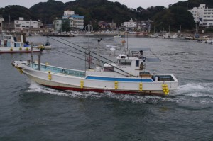 和具漁港へ入港する漁船