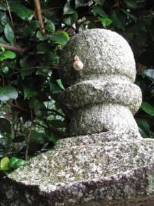 朽羅神社の欠けた常夜燈