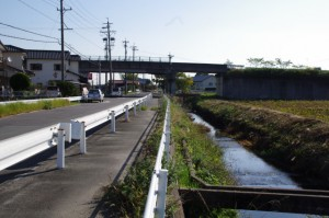 県道24号線の高架の手前(片野神明神社~忘れ井)