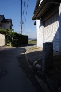 道標(み歴マ 初瀬 23)から右へ