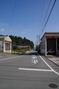 左手に(×須賀)須加神社の社叢を望む