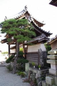神楽寺(み歴マ 伊勢(20)久米-A 12)の山門