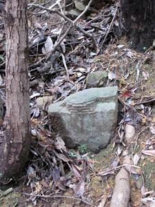 三十二丁角柱町石(?)の隣にある地蔵町石(?) - 宇治岳道