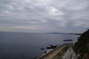 鎧崎灯台付近の堤防