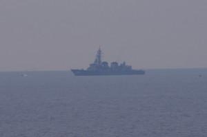 鎧崎から望む洋上の船(船首に102)
