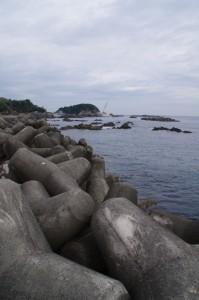 国崎漁港の突堤から望む鎧崎