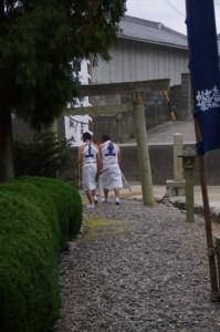 海士潜女神社から前の浜へ(二船祭)