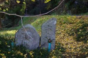 近鉄 踏切道 伊賀神戸 第一号付近の地蔵、石柱