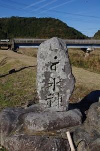 常夜燈と水神碑(み歴マ 初瀬 114)