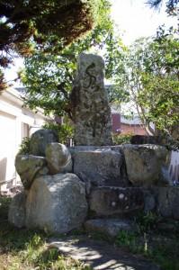 常夜燈(み歴マ 初瀬 99)隣の水神