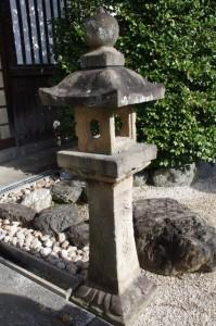 常夜燈(野邊野神社の拝殿前)