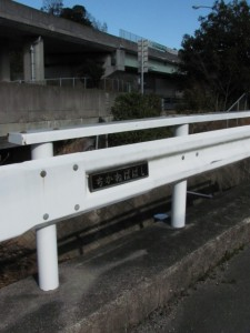 地金場橋から望む勢田川の下流、伊勢自動車道