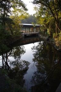 火除橋から望む休憩舎(せんぐう館 )