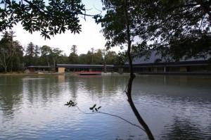 勾玉池と休憩舎、せんぐう館