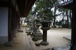 拝殿前の常夜燈(夜都伎神社)