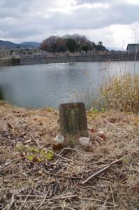 下池山古墳付近の池と墓地