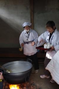 湯立神事ふるまいの甘酒(栄野神社)