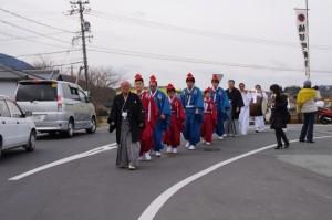 萬歳楽の舞方と子供神輿(楠部町公民館から櫲樟尾神社へ)