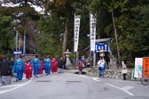 萬歳楽の舞方(櫲樟尾神社鳥居前)