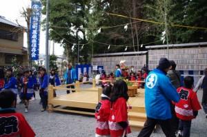 子供神輿が豊年踊り舞台の周囲を三周(櫲樟尾神社)