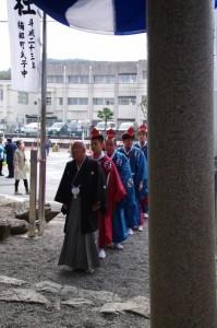 待機する萬歳楽の舞方(櫲樟尾神社)