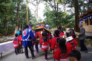 子供神輿を拝殿の隣の敷地へ(櫲樟尾神社)