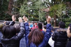 萬歳楽の「餅まき」(櫲樟尾神社)