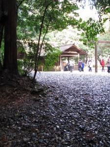 下御井神社への参道の途中から望む土宮