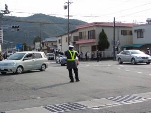 警察官による交通誘導(宇治浦田町交差点)