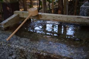 凍っている手水(田丸神社)
